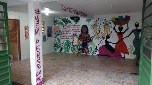 Grafite feito na parede com frases e desenho de mulheres.
